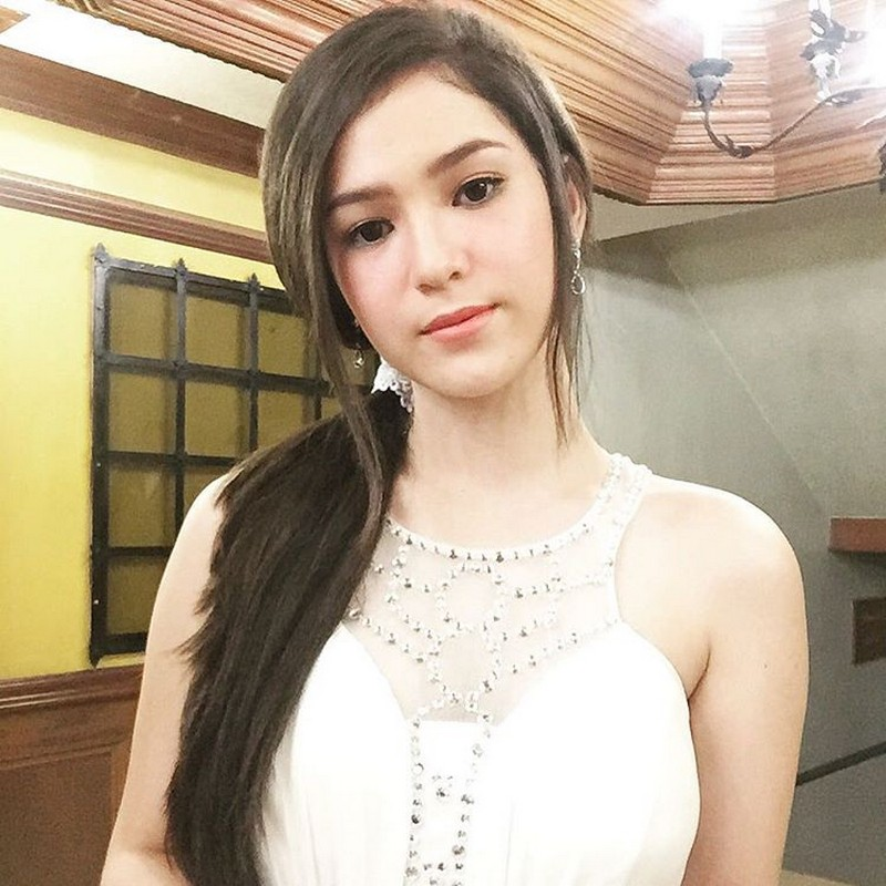 30 photos of Barbie Imperial that show her barbie-like figure