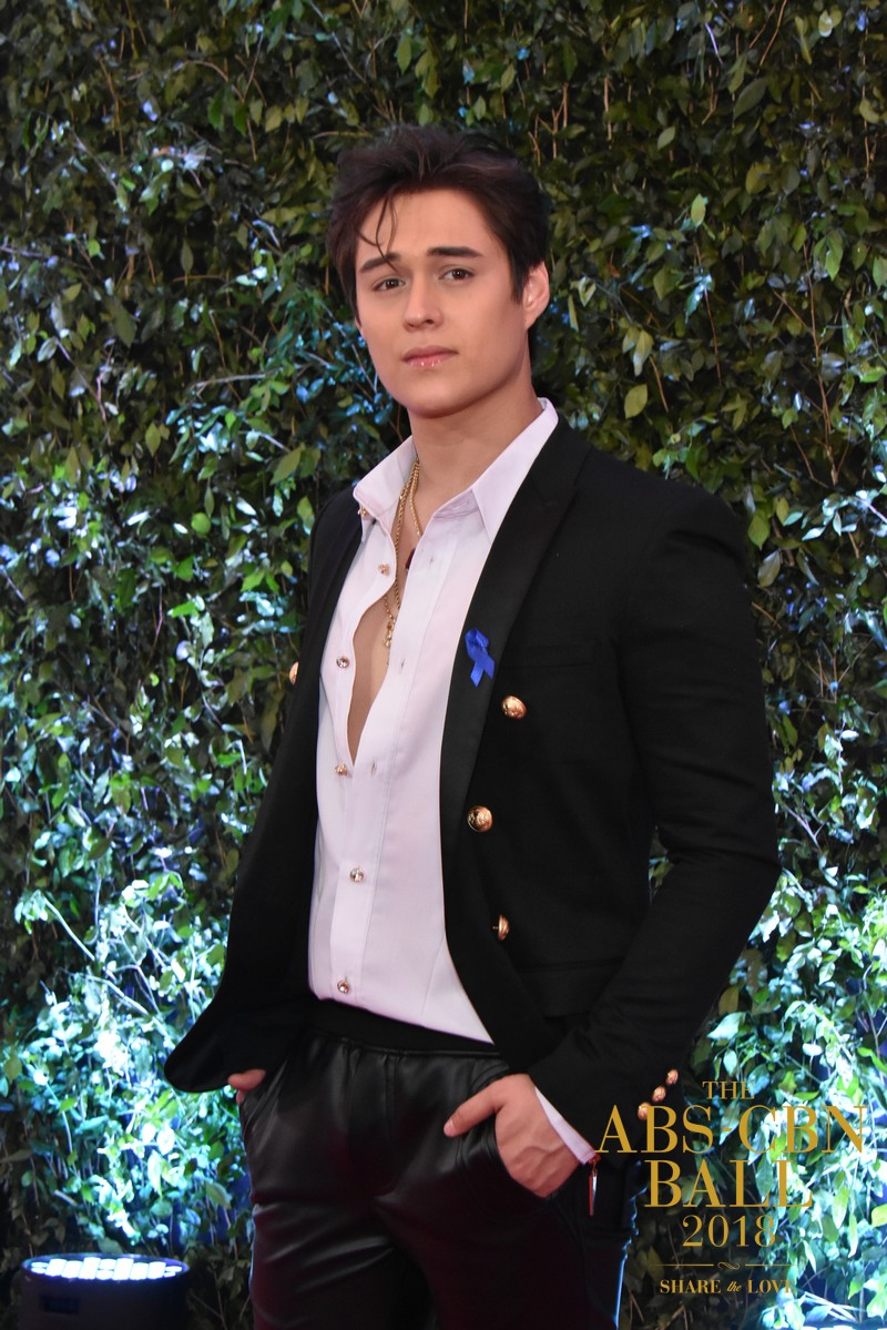 PHOTOS: LizQuen defines chic and sophistication in ABS-CBN Ball 2018 appearance